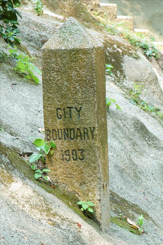 舊山頂道近地利根德里山邊界石