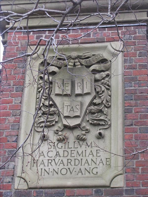 Harvard logo bij de poort (veritas=truth)
