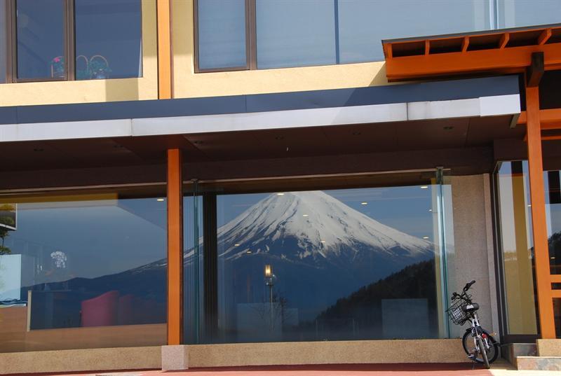 飯店的窗戶反射出富士山