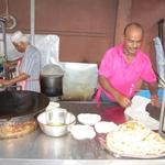 Moje ukochane Roti-neleśniko pita. Kuchnia Hinduska. Wyrabianie i smarzenie na gorącej płycie na ulicy podawane, albo z jajkiem w środku, albo z rybką, albo z bananem na ostro, albo jako dodatek do głównego dania. PYCHA!!! jem to do wszystkiego
