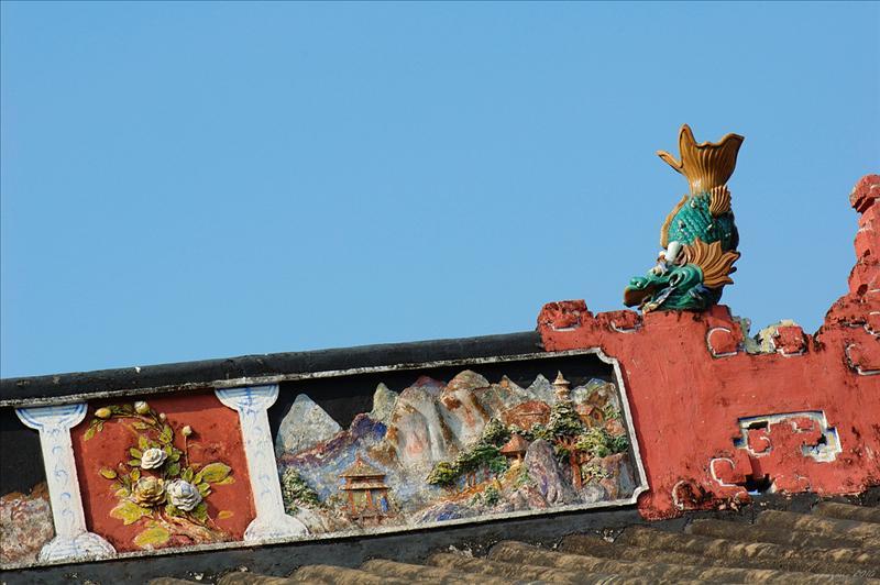 屋脊上的彩塑