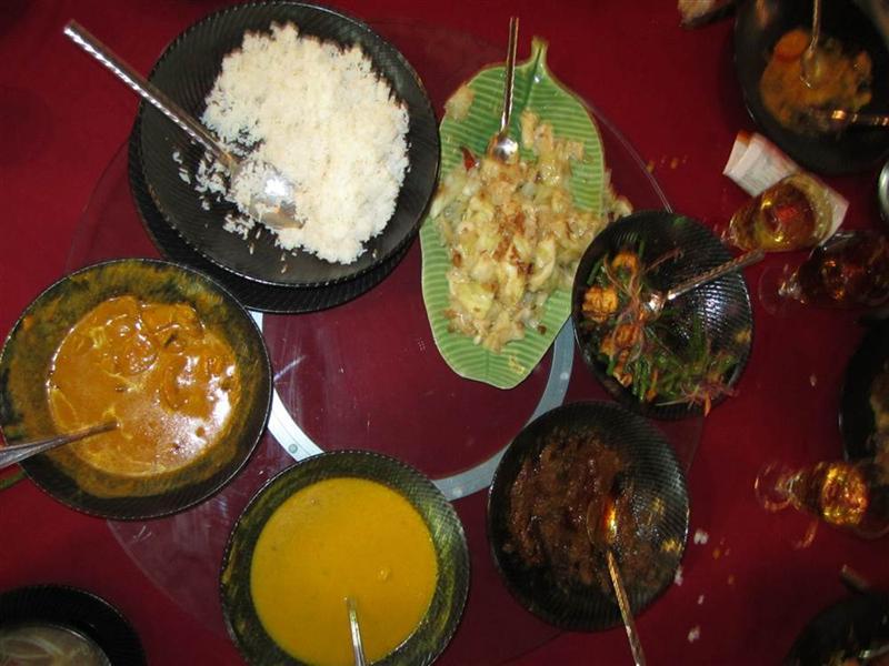 kolacja jak zwykle podawane wszystko na środku na obrotowej okraglej platwormie