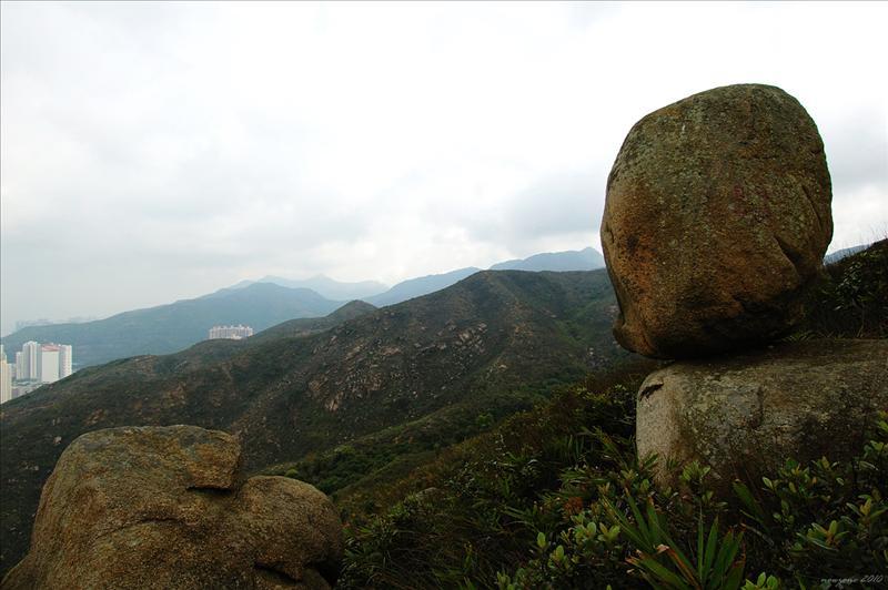 飛來石及遠處的馬鞍山