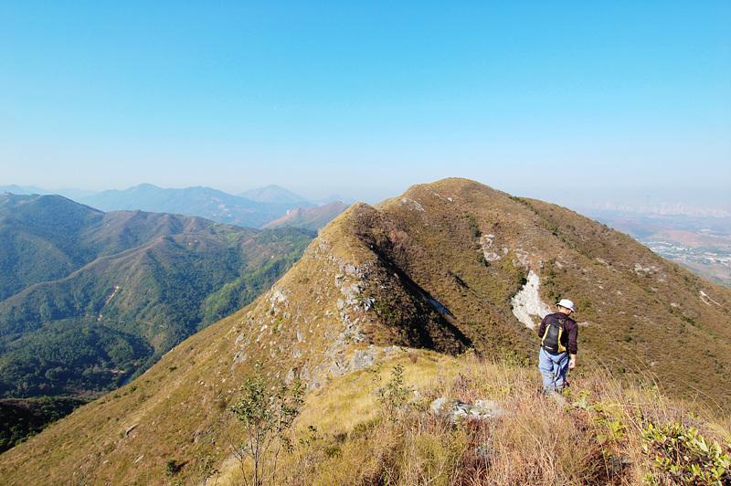 白燕岩陡峭的山崖就在前方