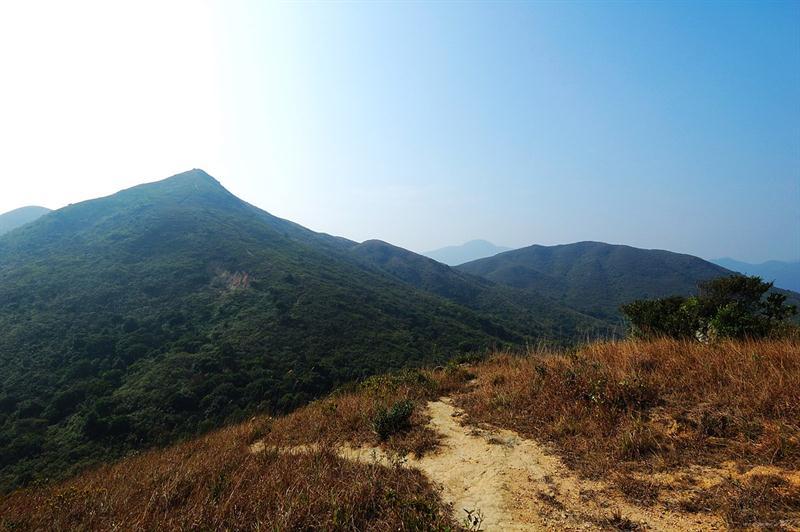 從山脊上回望走過的山徑