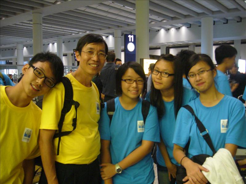 左1是香港團員,左2是香港導師and攝影師Ringo,,with Jessica, Tiffany Cherry @ 香港機場