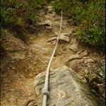 DSC_5215 較斜的位置有行山人士架設的粗繩索.jpg