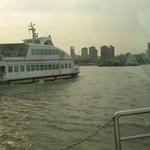 从浦东到浦西的轮船上
