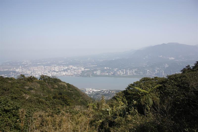 公園觀景台賞淡水河景