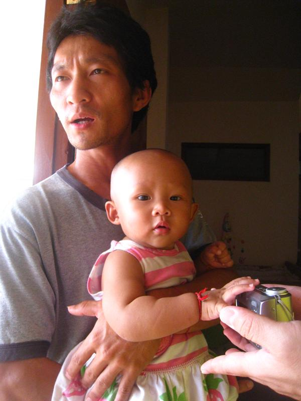 哇~~好可愛喔,爸爸建崇和女兒欣艾