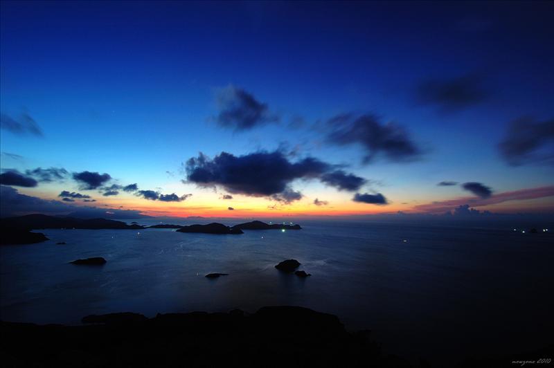 在位於清水灣半島高291米的大嶺峒山頂俯瞰牛尾海及甕缸群島黎明前的風光