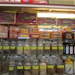 półka w chińskim sklepie, na górze korzeń żeńszenia