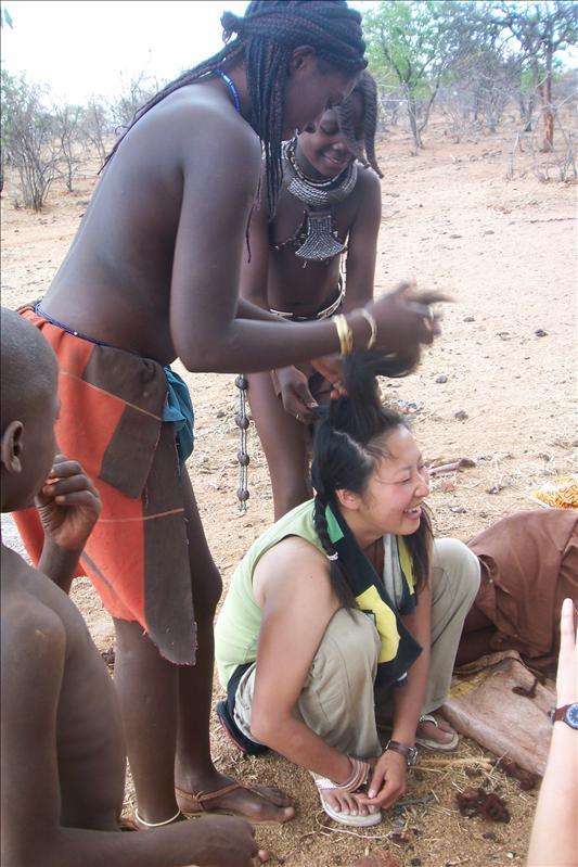Megumi at the Himba hairdresser / Megumi chez le coiffeur Himba