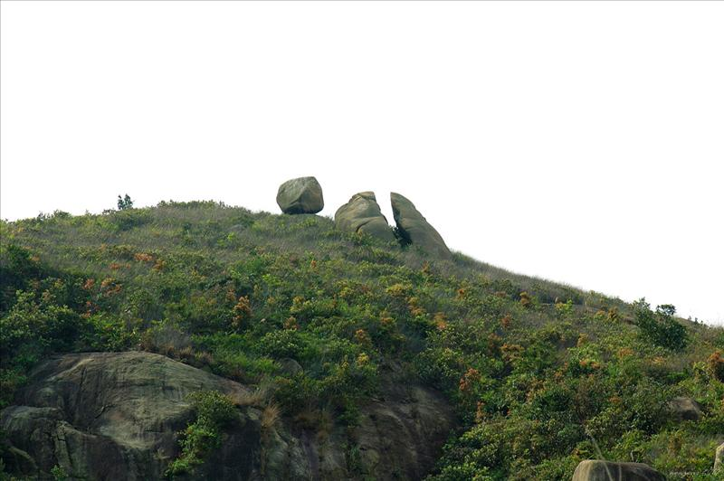 抬起頭便可看見飛來石和旁邊的試劍石