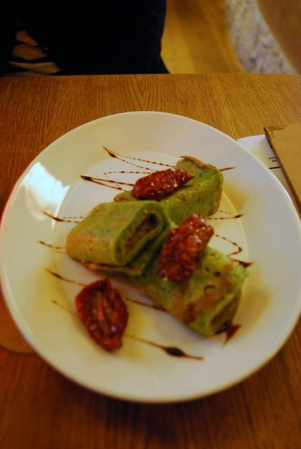 Spinach pancake with sundried tomatoes