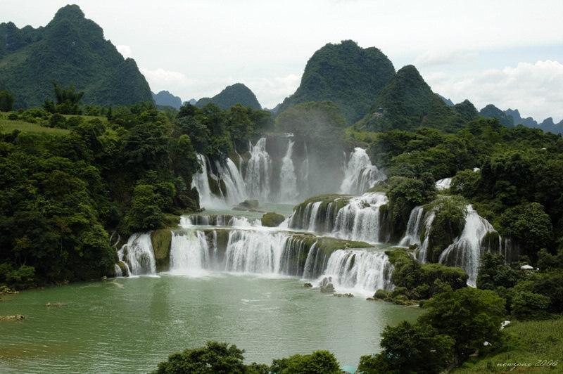 Detian Transnational Waterfall三級跌落的中越跨境德天大瀑布