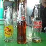 ที่นี่นิยมดื่มชา เราจะได้กินชาขวดหลายรสชาติมาก มีชาผลไม้, ชาดำเย็น, และชาโซดา  สำหรับชาโซดา เป็นอะไรที่น่าตื่นเต้นของพวกเรามาก ชอบมากกกกก