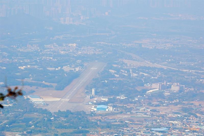 下望石崗機場的跑道