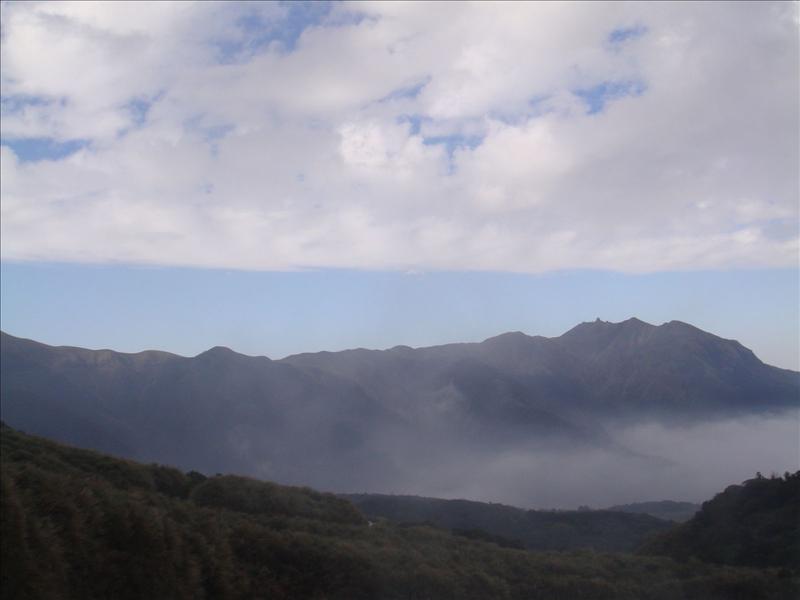 是霧吧.....不是雲