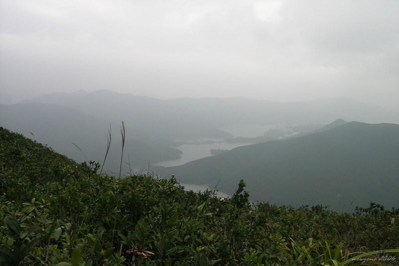 Tai Tam Intermediate Reservoir and Tai Tam Tuk Reservoir  在下山途中, 左邊可看到大潭中水塘及大潭篤水塘