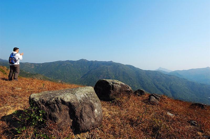 山徑右望岩頭山及牛耳石山一帶