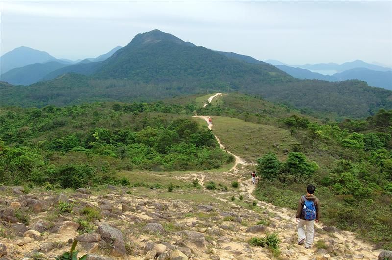 遠處的岩頭山