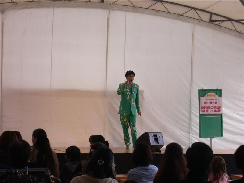 本以為是日本知名藝人美川憲一, 仔細一看, 竟然是模仿藝人魅川憲一郎, 還以為賺到了.