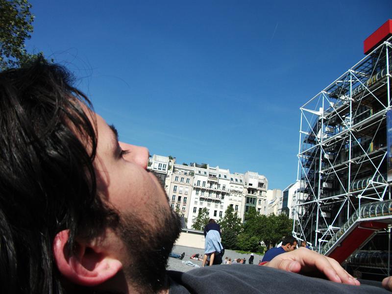 Rodo sleeping at Pompidou