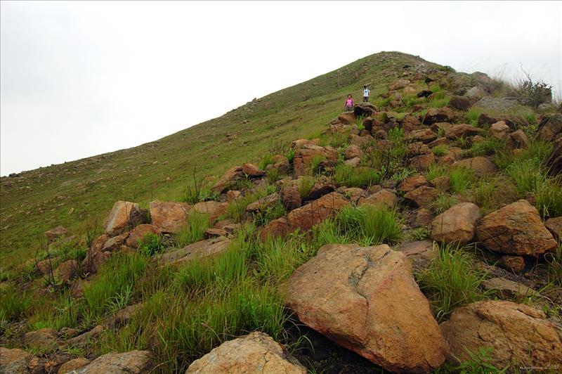 回望走過的崎嶇山脊