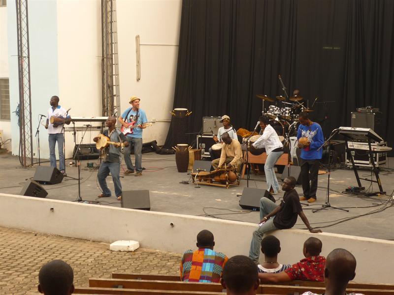 Contest Accra - Gruppe aus Bolgatanga mit englischer Unterstuetzung, der wurde allerdings nach dem Soundcheck disqualifiziert..