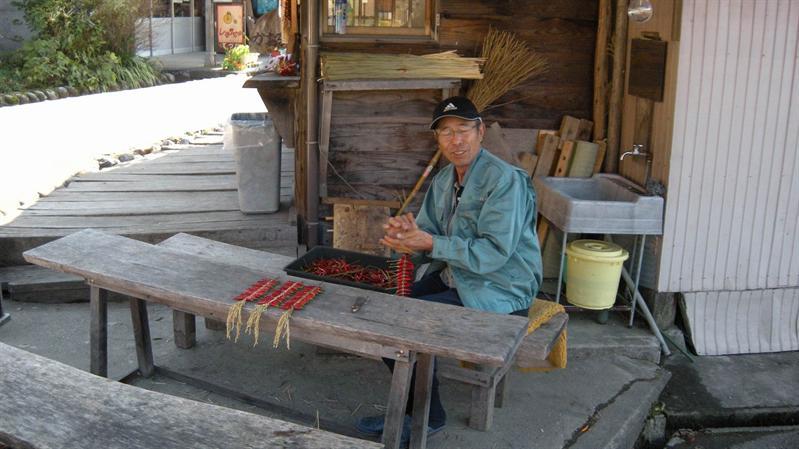 編織辣椒串的村民