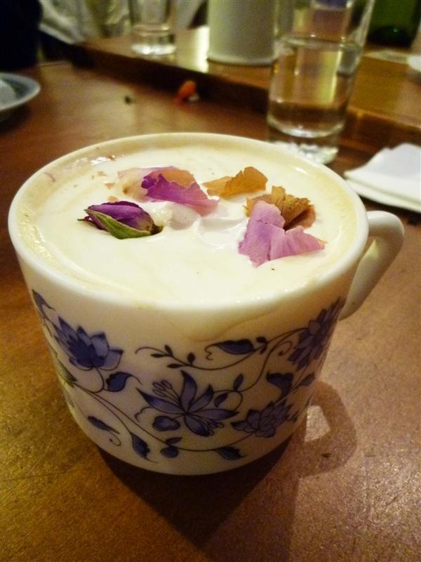嵐的熱牛奶 還有玫瑰花瓣喔~.jpg