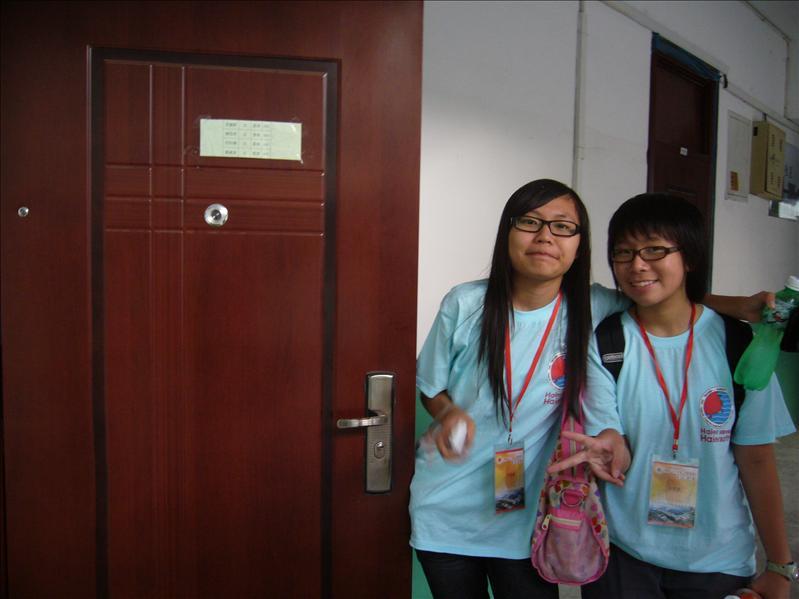 Tiffany and Jessica房門前拍照 @ 恆星學院