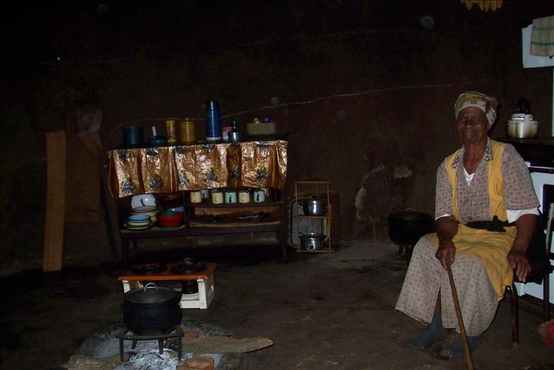 Grand Ma inside the Kitchen House  / Grand Ma dans la cuisine