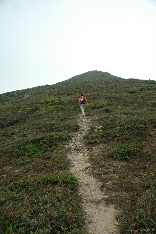 走山脊小徑往長岩頂