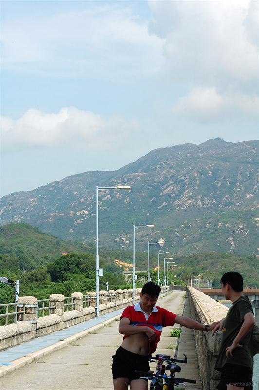 大欖涌水塘主壩及背後的九徑山