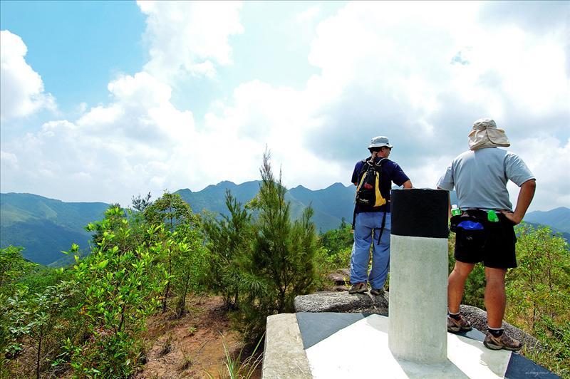 背景是石芽山脊的女婆山山頂 Nui Po Shan