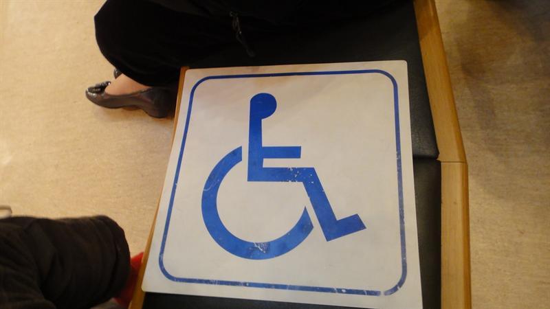 工作人員領我們做到前方的輪椅區