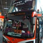 ขึ้นรถจากสายใต้ รถของ bus express รถชั้นสอง มีสองชั้น มีห้องน้ำ ราคาถูก  บนรถฉายหนังที่อยากดูด้วย ฉายเรื่อง The Expendables หนังแอ็คชั่นรวมดารานักบู๊ฮาเฮดีจริงๆ