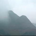 望著對面籠罩在雲霧中的屏風山一帶