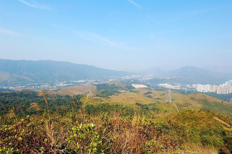 已可看到山下的蓮澳村及遠處的大刀刃
