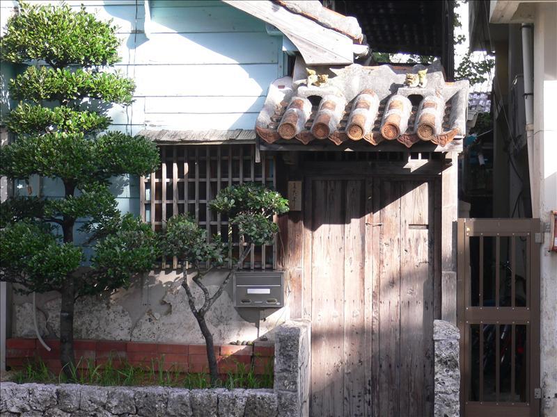 這裡的傳統民宅屋瓦上都會有一對石獅子
