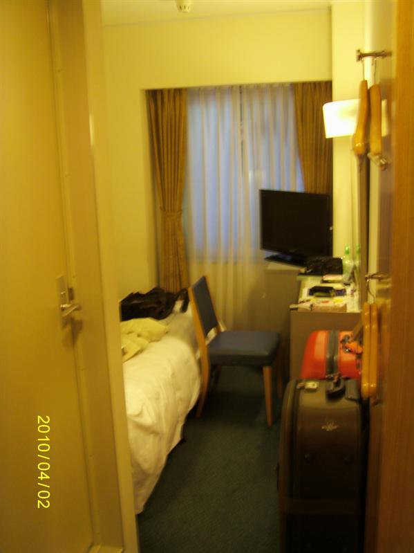 房間特小走道只能容下拖著一只行李箱