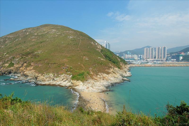可望見香港仔避風塘防波堤