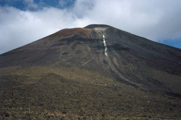TONGARIRO CROSSING, NGAURUHOE - NI - FEB 2004