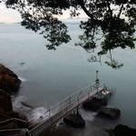 泳棚伸延出海的橋