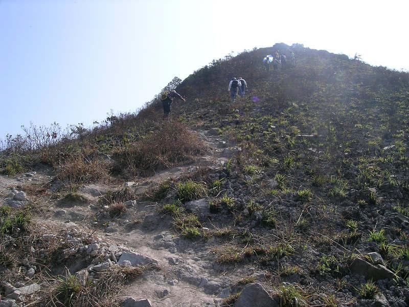 The rugged uphill path緩登海拔344米「東北三尖」之一的釣魚翁尖峰
