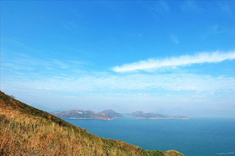 遠眺直門水道,左為往灣洲,右為娥媚洲