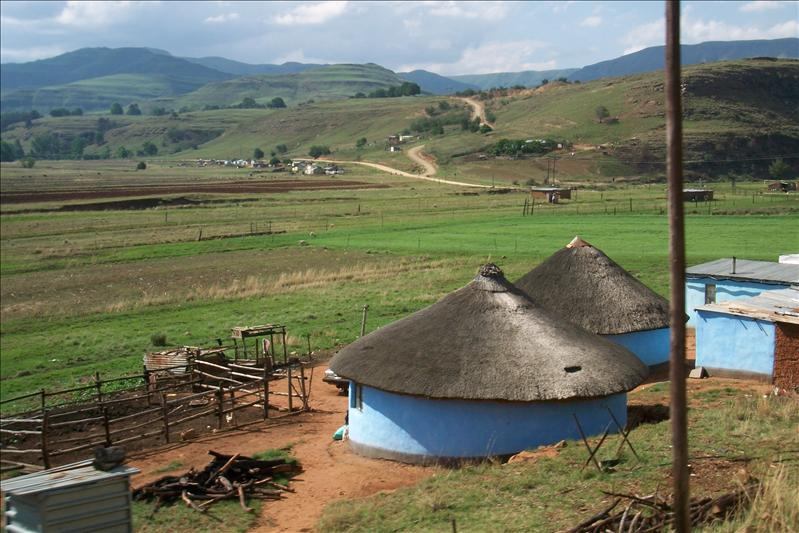 Village in the middle of the Drakensberg Mountains / Village au milieu des montagnes Drakensberg