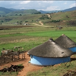 Village in the middle of the Drakensberg Mountains / Village au milieu des montagnes Drakensberg